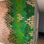 Декор стены кирпич и норвежский мох
