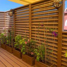 Озеленение террасы в авторских кашпо из дерева